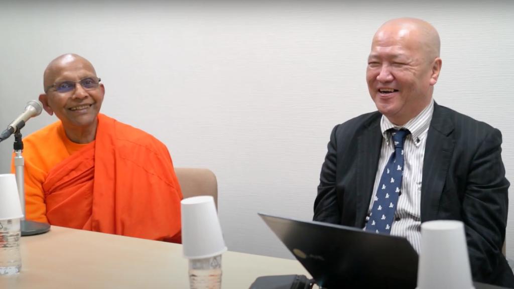 スマナサーラ長老とサンガの仏教書出版事業立ち上げの苦労を振り返りながら微笑む島影透社長